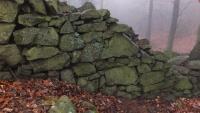 Brdská zeď za mlhou tak hustou, že by se dala krájet...