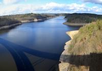 Nahlédnutí k vypuštěné Orlické přehradě