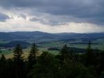 Šumavské vrcholy jsou vidět pro zakrytí sousedním hřebenem jen sporadicky.