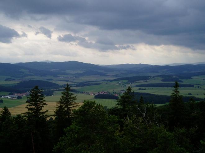 Šumavské vrcholy jsou zakryté sousedním hřebenem Kleti a Bulového.