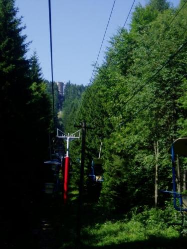 Kleť, 1 083m vysoká hora, je jako matka, bdící nad svými dětmi z podhůří. Alespoň takhle nějak k ní odjakživa vzhlíží lidé českobudějovicka, pro které Kleť tvoří hlavní šumavské panorama. A protože pro lenivější, nebo méně zdatné, slouží dnes již historická lanovka, je o návštěvnost postaráno. Provoz lanové dráhy byl zahájen již 1.7.1961 a lanovka je hezky pomalá a jednosedačková.
