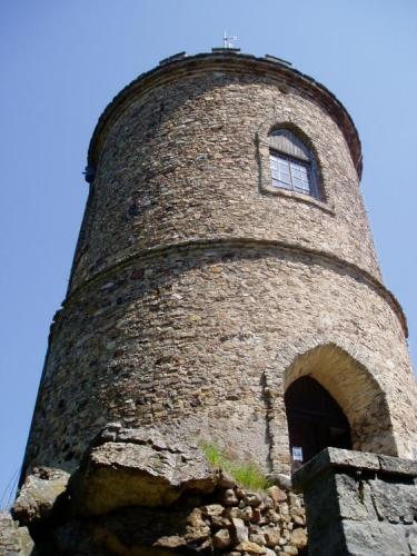 Na počátku 19. století byla navštěvována pouze za účelem měření a mapování. Kleť je místem jedinečného kruhového rozhledu. Již před stavbou rozhledny sem přicházeli lidé za vynikajícím pohledem na Alpy. Kníže Josef Jan Nepomuk ze Schwarzenberku, sám vášnivý cestovatel, propagoval také turistické zájmy. Dal tedy podnět k výstavbě kamenné rozhledny na samém vrcholu. Stavba byla budována v letech 1822 - 1825. Jedná se o nejstarší kamennou rozhlednu v Čechách, z níž je za chladného počasí vidět až na alpské vrcholky. Na počest zakladatele byla nazvána Josefovou věží. Josefova věž se stala v letech 1824 - 1825 trigonometrickým bodem pro kartografické práce, a tak místo přilákalo nejenom tisíce návštěvníků, ale také tvůrce plánů rozhledů z vrcholu rozhledny.