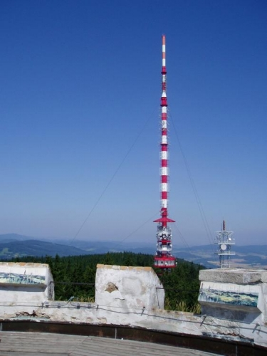 V roce 1957 začala na Kleti výstavba vysílače jižní Čechy (stožár vysoký 116 m), o dva roky později zahájil vysílač pravidelný provoz. V roce 1967 začaly práce na výstavbě vysílače pro přenos druhého a barevného programu Československé televize (výška asi 180 m).