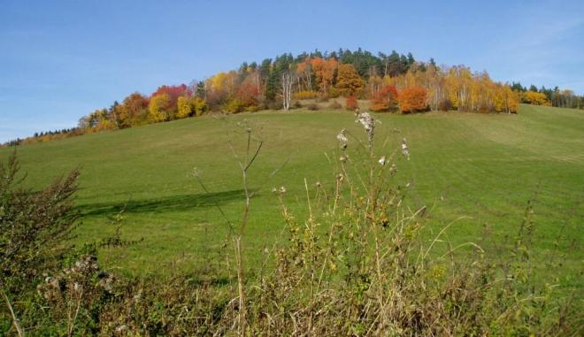 Krajina, ve které se střídají lesy s loukami, je vždy malebná.
