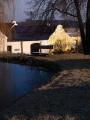 Na prostorné návsi s rybníčkem nestojí žádné novostavby a vypadá to tam jako za starých dob.