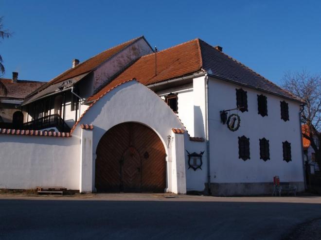 """V horní části návsi je v zrekonstruovaném statku stylová restaurace s ubytováním """"Dobčická tvrz""""."""