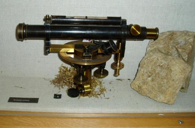 S tímhle geodetickým zařízením vyměřil své neskutečné stavební dílo.