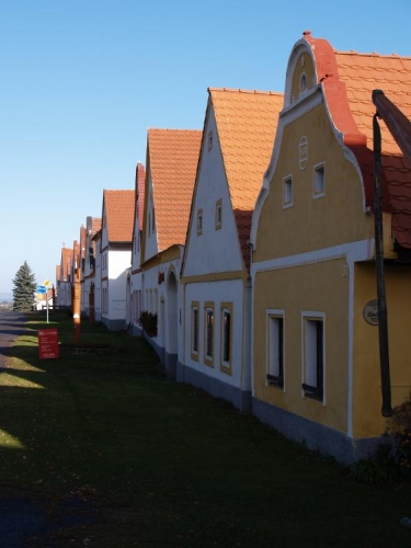 Holašovice si z urbanistického pohledu ze středověku zachovávají svou podobu středověkého kolonizačního vesnického sídla střední Evropy.