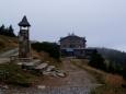 Nahoře na Šeráku je i národní přírodní rezervace Šerák – Keprník,  nejstarší rezervace na Moravě. Byla zřízena tehdejším majitelem panství knížetem Janem II. z Lichtenštejna v roce 1903. Ve zdejší chatě v klidu pojíme svíčkovou a až poté vyrážíme dál.