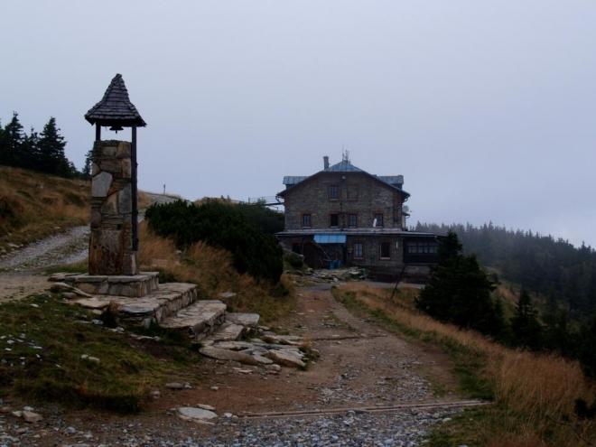 Nahoře je národní přírodní rezervace Šerák – Keprník,  nejstarší rezervace na Moravě. Byla zřízena tehdejším majitelem panství knížetem Janem II. z Lichtenštejna v roce 1903. Ve zdejší chatě Šerák v klidu pojíme svíčkovou a až poté vyrážíme dál.
