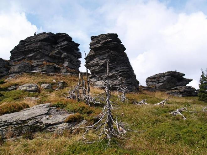 Co je tady ale jistě, jsou mohutné vrcholové skály, na které je dá vyšplhat. Zpět se dá jít menším okruhem, ale nakonec se stejně dostaneme na Keprník (1 423m).