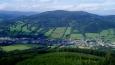 Z věže je úchvatný výhled na Otmuchovské jezero v Polsku. Jižní výhled zachycuje celé pásmo Hrubého Jeseníku od Pradědu až k Šeráku. Za příznivého počasí je západním směrem viditelná skupina Kralického Sněžníku a severozápadním Rychlebské hory (viz foto).