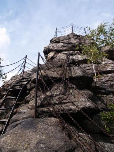 Cesta, jak je patrné na první pohled, je řádně zajištěna. Kolem místních skal využívají i skálolezci.
