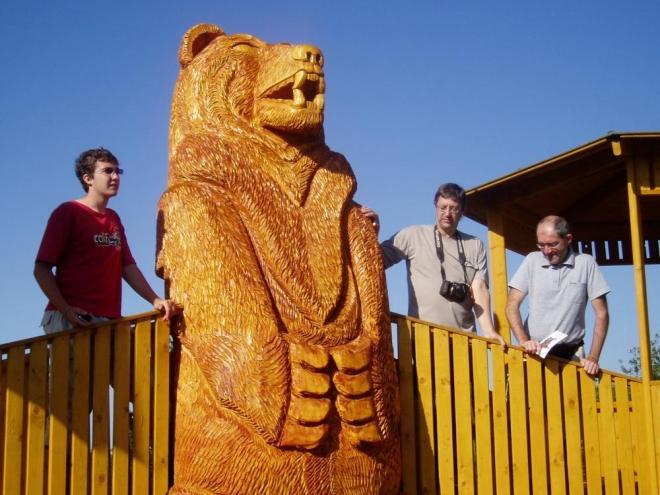 Dominantou celé galerie je socha vládce jesenických hor - děda Praděda, která se tyčí do výše 10,4 m a váží okolo 15 tun. Po ní je také galerie pojmenována. Vy se ale díváte na zdejšího obřího medvěda, to jste doufám poznali. Pro upřesnění, je to ten druhý zleva.