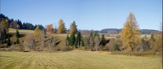 Naši cestu začínáme v Arnoštově a vydáme se podél říčky Blanice. Ves byla založená společně se sklárnou roku 1808 a pojmenovaná podle ředitele krumlovského panství Ernsta Meyera. Sklárna pracovala až do roku 1945.
