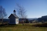Jediné, co zbylo ve Spálenci, je tato opravená kaplička s pěkným výhledem do údolí Blanice.