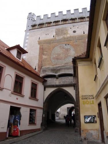 Jak jinak vstoupit do historického centra Prachatic, než branou, zvanou také Písecká, která spolu s dnes již nezachovalou Horní branou, Pasovskou, byla součástí městského opevnění. Hradbami bylo město opevněno již ve druhé polovině 14. století. Písecká brána se skládá ze dvou částí. Ta vnitřní část pochází z konce 15. století, ta vnější získala podobu čtyřboké věže s cimbuřím ze 16tého století.