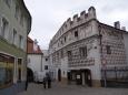 Bohatě je ozdobený Heydlův dům sgrafity ze druhé poloviny 16. století je opravdovým skvostem.