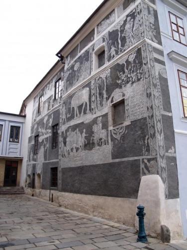 Sgrafity ozvláštňují většinu domů kolem náměstí.
