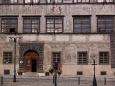 Od roku 1850 zde sídlil soud a od roku 1974 Okresní národní výbor. V letech 1994-1997 byla provedena rekonstrukce renesančních arkád a podzemních prostor. Při restaurátorském průzkumu byla objevena v interiérech řada maleb a nápisů.Dnes v budově sídlí Městský úřad Prachatice.
