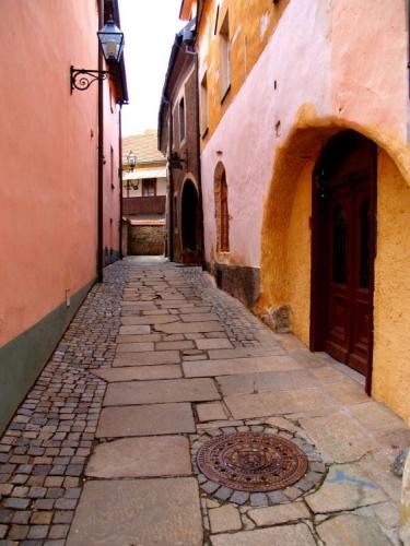 Kdysi v průběhu husitských válek bylo město dvakráte dobýváno husitskými vojsky. Poprvé 25. dubna 1420, podruhé 12. listopadu 1420. Druhý útok už byl pro město a jeho obyvatele tragický a většina obyvatel byla pobita. Někteří byli upáleni v sakristii kostela. Zachované stavební památky však ukazují, že patnácté století nepřineslo městu jen zkázu v podobě útoků husitských vojsk. Počet obyvatel ve městě byl po válkách dokonce větší než na počátku století, a proto bylo třeba rozšířit počet městských domů. Nové domy tak byly v uzavřeném okruhu města vystavěny na východní straně tehdejšího náměstí. Domy na náměstí, pravděpodobně první budované z kamene, lze podle slohu kamenných portálů datovat do 2. poloviny 15. století.