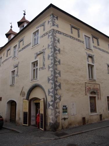 Obchod na stezce dosáhl v 1. polovině 16. století vrcholu, když Prachaticemi procházelo týdně 1200-1300 soumarů nesoucích náklad z Pasova do Čech a opačně. Město bylo mimo příjmu ze soli obohaceno i o příjmy z prodeje kaprů z obecních rybníků, másla, sladu, žitné pálenky a také piva. V okolí města byly zakládány v této době dokonce mnohé nové chmelnice.