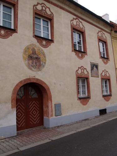 A právě díky stagnaci hospodářského života v 17. a 18. století tak Prachatice nabízejí návštěvníkům a obyvatelům svou renesanční atmosféru, jen částečně ovlivněnou novějšími empirovými přestavbami.