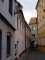 A do ní, přímo na náměstí, ústí i další z podchodů mezi domy.