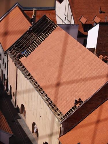 """Založení Prachatic se na základě historických zpráv předpokládá na přelom 13. a 14. století, tedy na konec velké vlny zakládání měst, která v českých zemích vyplnila téměř celé 13. století. Nové archeologické objevy na Velkém náměstí tento předpoklad nezměnily. Je však možné, že se počátky města posunou hlouběji do 13. století. Není také zřejmě platná představa jednorázového plánovitého vyměření a založení města tzv. na """"zeleném drnu""""."""