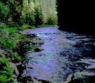 V utajení se proplétá hlubokým údolím mezi skalami a lesy Křemelná.