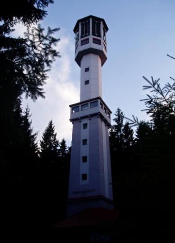 Klostermannova rozhledna na zalesněném vrcholu Javorníku je 4 km severozápadně od Stach.