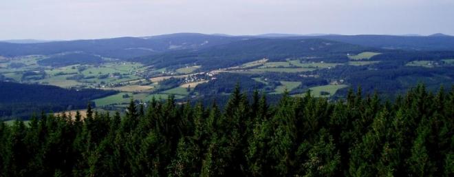 Výhled je za dobrého počasí na vrcholy Třístoličníku, Černé hory, Roklanu, Poledníku, Pancíře, Velkého Javoru či Ostrého.
