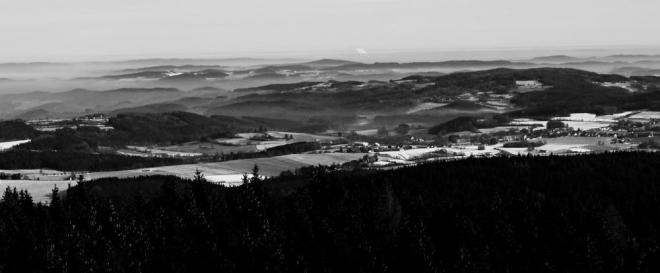 Kus jihočeské krajiny, charakteristický svými kopečky. Uprostřed v dáli je vidět JETE v oblaku svých par. Foto je ze zimního výstupu.
