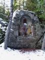 Na vrcholu Královského kamene vystupuje žulový skalní útvar tvořený skalní hradbou a mrazovými sruby. Pod skalami se kdysi vyskytovaly četné kamenné proudy a kamenná moře. Z vrcholu skalní hradby býval daleký rozhled na velkou část Šumavy a Šumavského podhůří (Javor, Roklin, okolí Černé hory u Kvildy, Sušicko a Horažďovicko). Ve stěně blízkého mrazového srubu je vytesán velký skalní oltář (nika) ─ datovaná rokem 1899. je vyzdoben obrazy svatých a doplněn vytesanými německými nápisy. Opodál se nachází historický mezník s letopočtem r. 1752. Vrchol Královského kamene je křižovatkou značených turistických stezek, včetně konce malého okruhu z obce Javorník. Foto je ze zimního výletu.