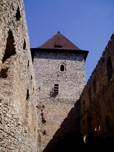 Hradního jádro představuje obdélný palác s obytnými věžemi. Zajímavostí je, že čelní stěny obou 30 metrů vysokých věží, které by mohlo ohrozit případné ostřelování z tehdejších vrhacích či metacích zbraní, neměly žádný otvor.