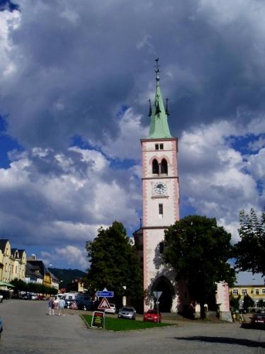 Počátky Kašperských Hor jsou spojeny s hlubinným dolováním zlata ve 13. století. Ve 14. století zde stávala rozsáhlá hornická osada při významném zlatonosném revíru. V 15. století bylo v provozu téměř 40 větších zlatodolů a řada štol. Arciděkanský kostel sv. Markéty je hlavní dominantou nejen náměstí ale celého sídelního útvaru města. Jedná se o gotickou trojlodní baziliku z poloviny 14. století s původními klenbami v kněžišti a bočních lodích. Kostel je novogoticky upraven v roce 1883, kdy k západnímu průčelí přistavěna nová věž.