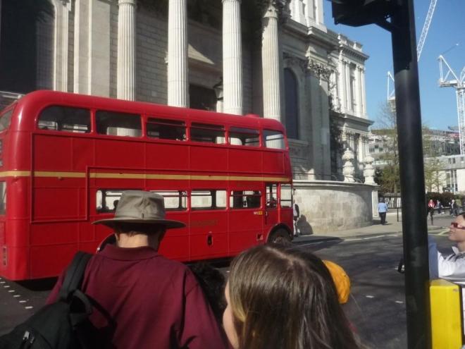 Typický double-decker alias dvoupatrový autobus
