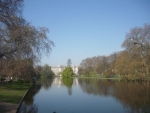 Přes vodu Buckinghamský palác
