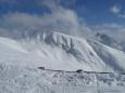 Zasněžená hora u střediska Plose... jen toho sněhu není tolik, kolik se může zdát.