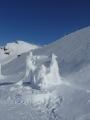 Biatlonista se snaží zastřelit sněhové pole tak dlouho, až byl dokonale obalen sněhem.