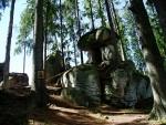 Jeden z prvních kamenných útvarů, ke kterému dojdete ze směru od Ovesné, je hřib.