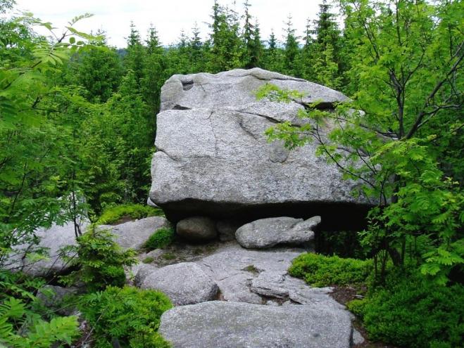 Nejvyšším bodem Medvědí stezky je vrchol hory Perník. Se svými 1 049 metry je i dobrým rozhledovým bodem.