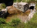 Křížení kanálu se Stockým potokem. Samotný kanál je zčásti již bez vody, hodně zarostlý a zdevastovaný časem, jinde ale nově upravený a u Jejeních vrších a u Ježové využívám v letních měsících i k turisticky atraktivnímu plavení dřeva.