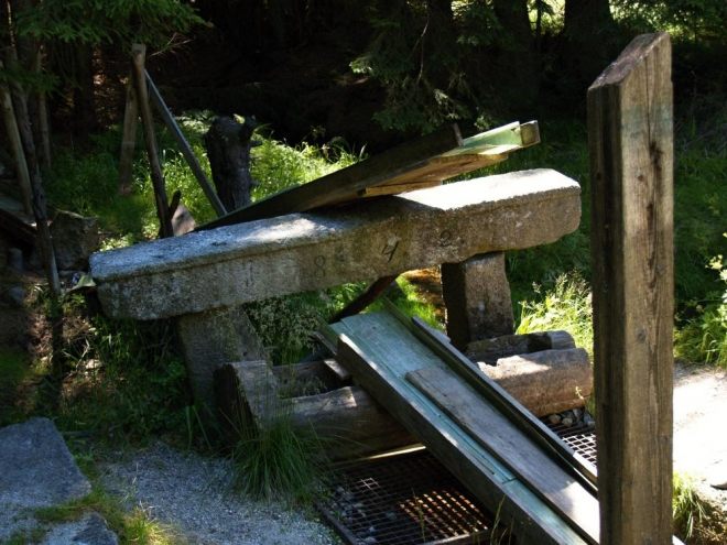 Kdysi tady bylo zřejmě stanoviště Vojenských lesů. Vodu si přiváděli důmyslným žlabem rovnou pod nos. Škoda, že se už dílo rozpadlo.