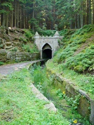 Velká zajímavost je u Jeleních Vrchů, kde jde kanál pod vrcholem hory. Horní portál je novogotický.