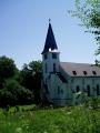 Kostel v Zadní Zvonkové. Odtud je již blízko hraniční přechod a kanál vede dále upraveným korytem směrem k Ježové.