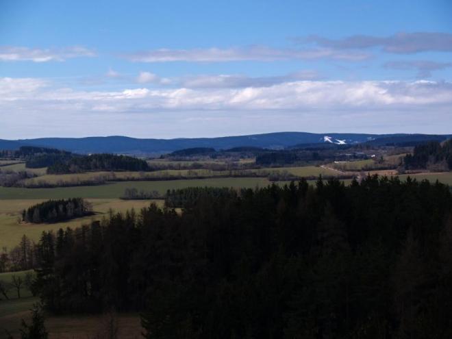 U Churáňova jsou ještě vidět zasněžené sjezdovky. Aby taky ne, když na apríla sněžilo i v dolinách.