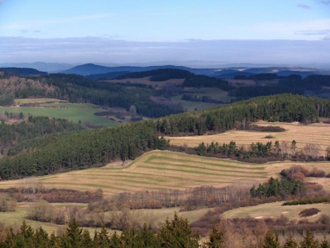 Lesy, louky, příjemná krajina je v předhůří Šumavy.