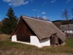 Vedle mlýna je stodola, která jako další objekty má doškovou střechu.