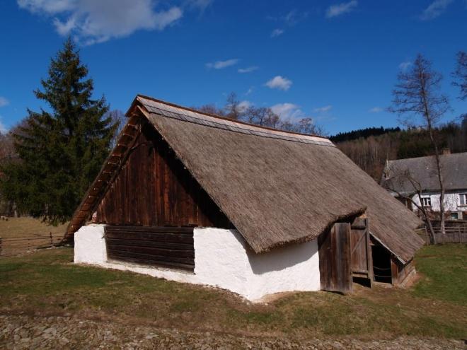 Vedle mlýna je stodola, která jako další objekty má doškovou (rákosovou) střechu.